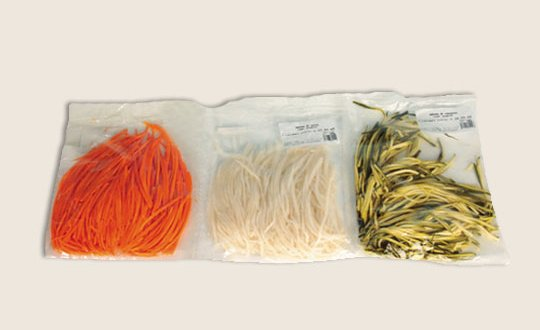 Encore une autre idée pour changer des légumes ordinaires : des carottes, des radis blancs et des courgettes ont été découpés en forme de spaghettis.