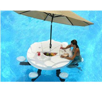 Autour de la piscine for Bar gonflable pour piscine