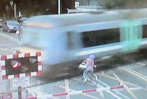 Images choc : un train manque d'écraser un cylciste imprudent