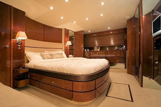 La cabine principale une croisi re entre amis bord d 39 un yacht sur l - Taille matelas deux places ...