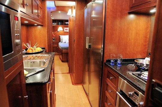 la cuisine un yacht de luxe moderne pour naviguer en famille sur l 39 internaute mer et voile. Black Bedroom Furniture Sets. Home Design Ideas