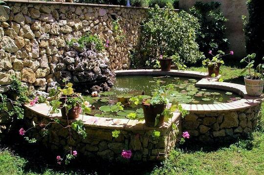 contre le muret de pierres les plus beaux bassins sur l. Black Bedroom Furniture Sets. Home Design Ideas
