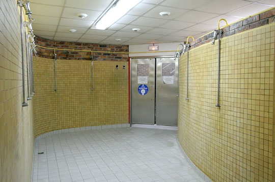 Paris la piscine saint merri ive les douches for Vestiaires piscine