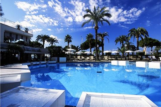 week end l h 244 tel martinez 224 cannes une piscine au pied des palmiers