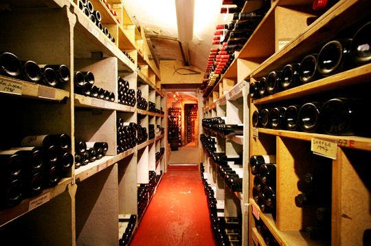 Visite de la cave vin du restaurant michel rostang des for Restaurant michel rostang
