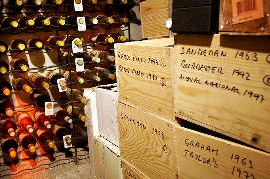 Visite de la cave vin du restaurant michel rostang crus for Restaurant michel rostang