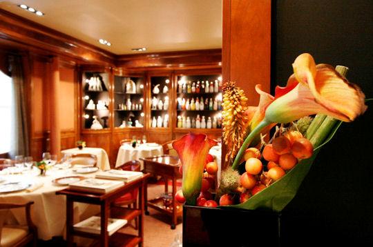 Visite de la cave vin du restaurant michel rostang le for Restaurant michel rostang