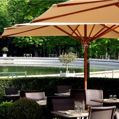 La terrasse du Xylo au bord du bassin