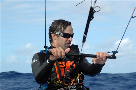 kitesurf travers e de l 39 atlantique de manu bertin vers un bateau cerf volant. Black Bedroom Furniture Sets. Home Design Ideas