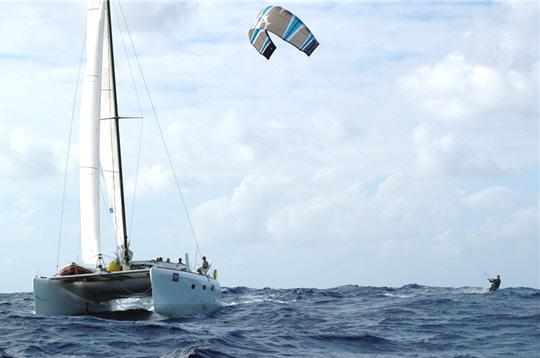 kitesurf travers e de l 39 atlantique de manu bertin un bateau d 39 assistance. Black Bedroom Furniture Sets. Home Design Ideas