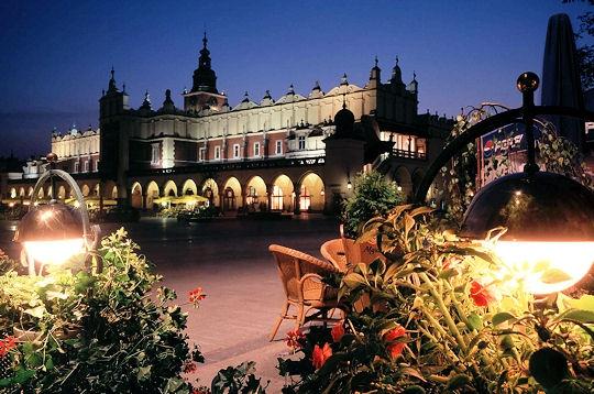 Terrasses fleuries au soir le charme intimiste de cracovie sur l 39 internaute voyager europe - Office de tourisme pologne ...