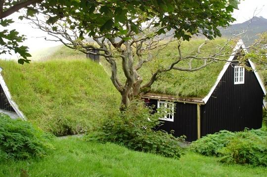 Voyager habitats du monde habitats du monde par les for Maison avec toit vegetal