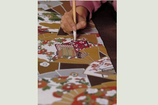 Peinture sur soie kyoto gardienne des traditions for Technique de peinture sur soie en video