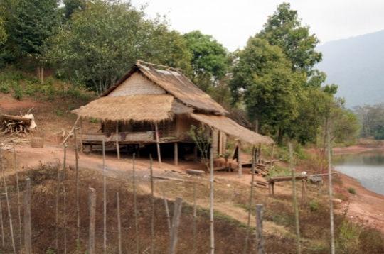 Maison typique vientiane laos terre d 39 asie mill naire for Maison traditionnelle laos