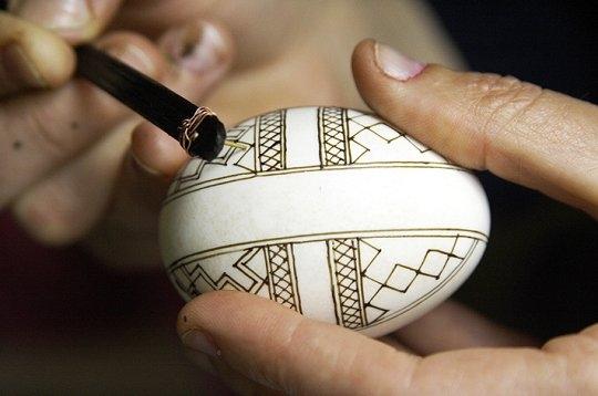 oeufs peints de Bucovine, avec de la cire dabeille et des colorants ...